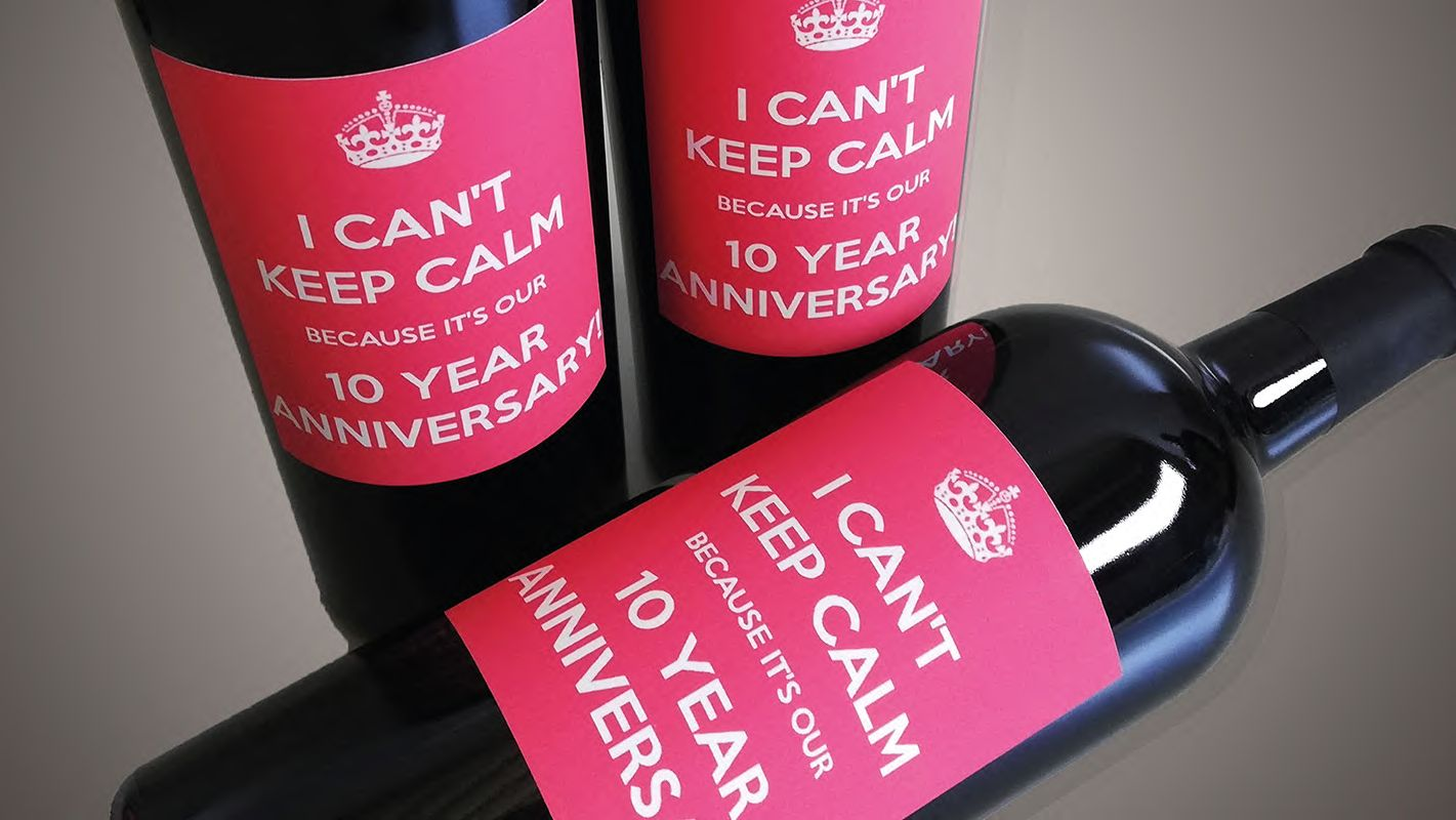 Tre bottiglie vino rosso con etichetta rossa e scritta I can't keep calm because it's our 10 year anniversary!